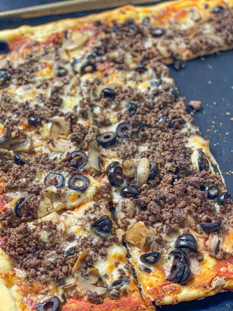 Easy and quick sujuk pizza (spicy ground beef pizza)
